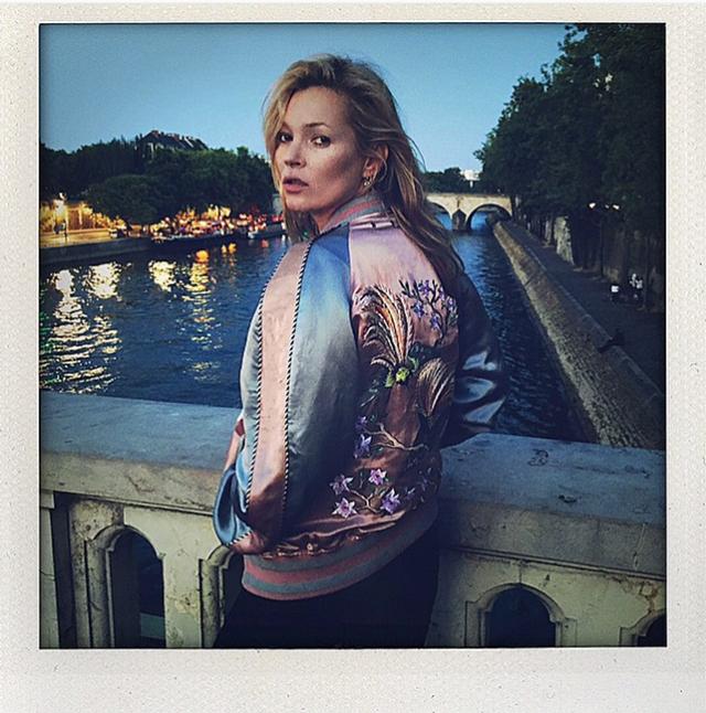 Kate Moss com sua versão da Louis Vuitton, momentos antes do desfile! Impossível resistir!